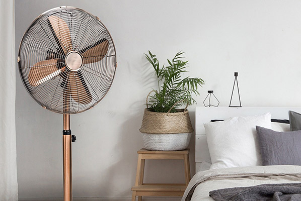 Ventilator naast bed
